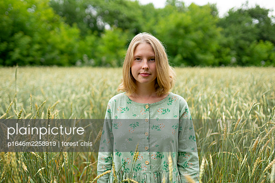 Young woman in cornfield, portrait - p1646m2258919 by Slava Chistyakov