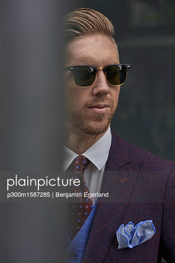 Portrait of fashion blogger Steve Tilbrook wearing sunglasses and dress handkerchief - p300m1587285 von Benjamin Egerland