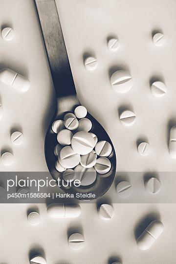 Ein Löffel voller weißer Tabletten    - p450m1586584 von Hanka Steidle