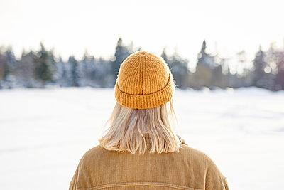 Junge Frau macht einen Winterspaziergang Rückansicht - p1124m1589340 von Willing-Holtz