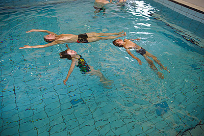 Swimming together - p1231m2104650 by Iris Loonen