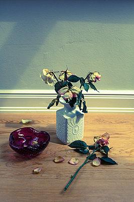 Verwelkte Rosen - p432m901693 von mia takahara