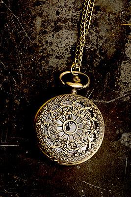 Geschlossene Taschenuhr - p451m1031027 von Anja Weber-Decker