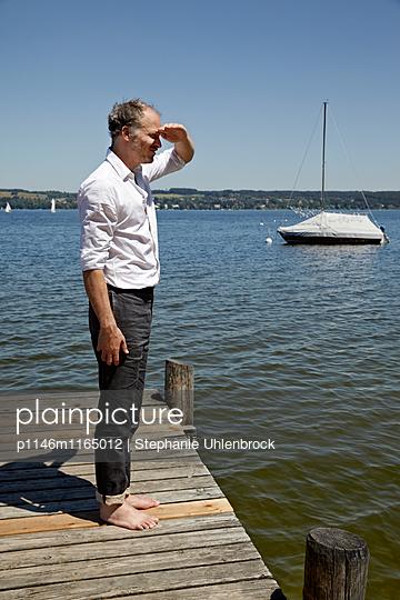 Mann blickt in die Ferne - p1146m1165012 von Stephanie Uhlenbrock