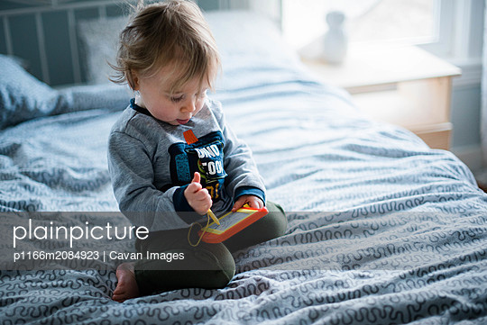 little girl drawing on bed. - p1166m2084923 by Cavan Images