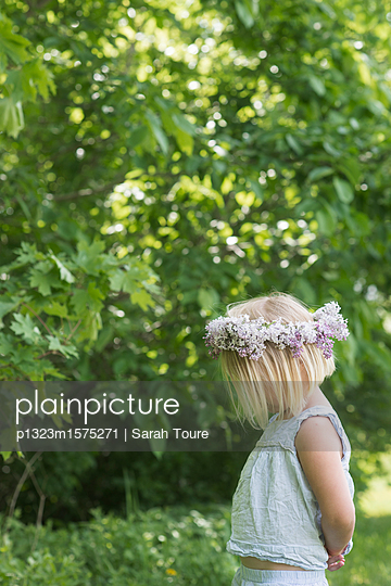 Little girl with floral wreath - p1323m1575271 von Sarah Toure