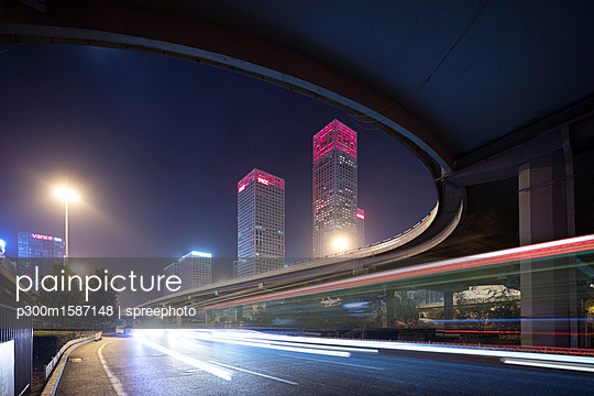 China, Beijing, Central business district and traffic at night - p300m1587148 von spreephoto