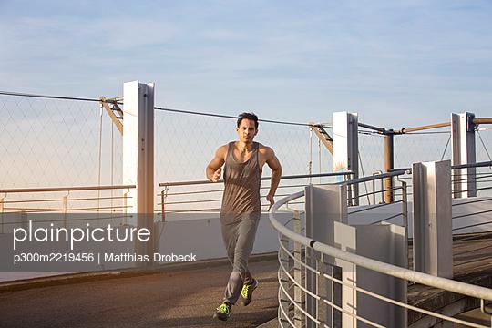 Man jogging on a ramp - p300m2219456 by Matthias Drobeck