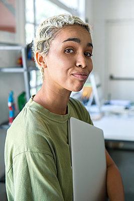 Frau mit Laptop - p1156m1572815 von miep