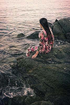Junge Frau mit nassen Kleidern am Ufer - p1432m2134555 von Svetlana Bekyarova
