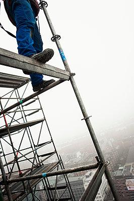Gerüstbauer bei Einrüstung der St. Nikolai-Kirche, Hamburg II - p1493m1584441 von Alexander Mertsch