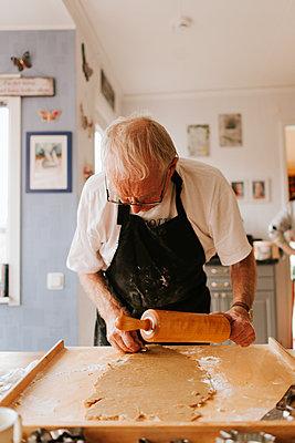 Old man baking - p1507m2172820 by Emma Grann