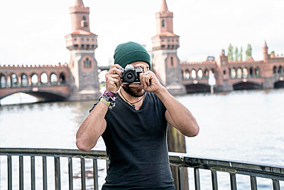 Germany, Berlin, man standing in front of Oberbaum taking pictures from viewer - p300m1191548 by A. Tamboly