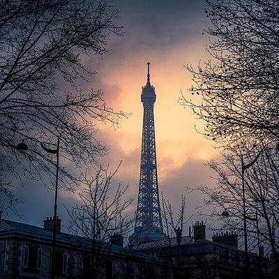 Eiffel Tower at sunset - p813m1332319 by B.Jaubert