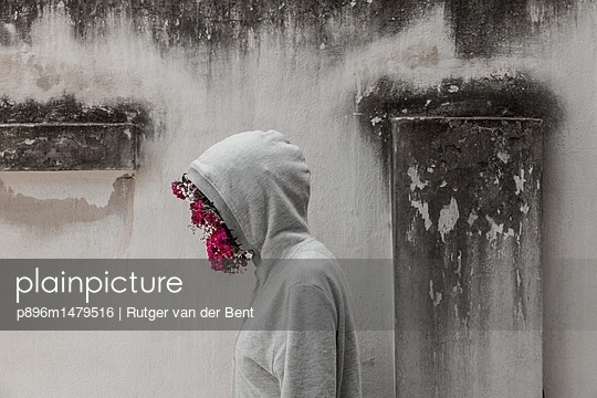 Woman with flowers in her face - p896m1479516 by Rutger van der Bent