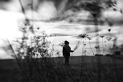 Kind im Herbst - p1308m1143575 von felice douglas