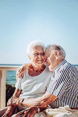 Greece, Senior couple near the sea, portrait - p713m2283551 by Florian Kresse