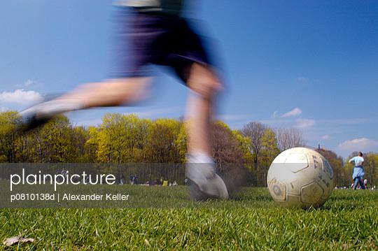 Fußball spielen - p0810138d von Alexander Keller