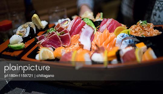 Große Platte mit japanischen Sushi - p1180m1159721 von chillagano