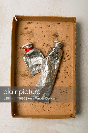 Alte Farbtuben - p451m1149693 von Anja Weber-Decker