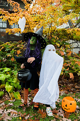 Boy and girl in Halloween costumes - p1427m2169144 by Jamie Grill