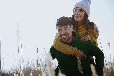 Mann trägt seine Freundin Huckepack - p1577m2280990 von zhenikeyev