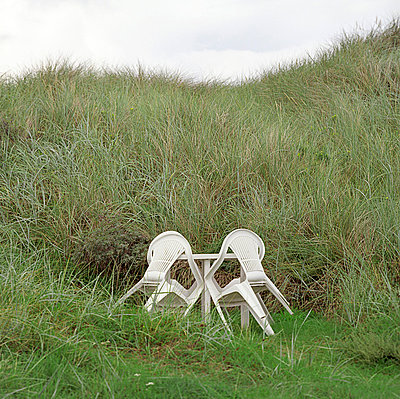 Verlassene Gartenmöbel - p2100320 von Mark Blasius