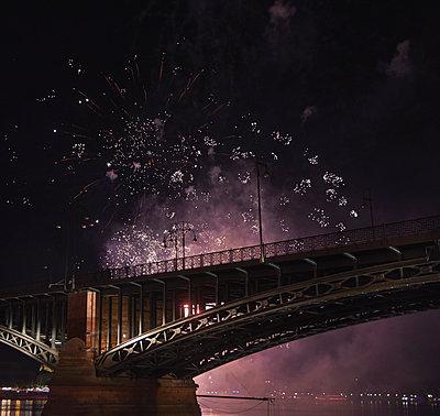 Germany, Wiesbaden, Theodor Heuss Bridge, fireworks at Rhine river - p300m2028769 von Bernados