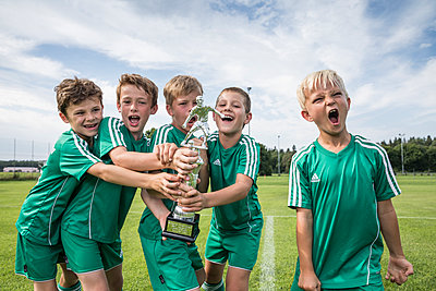 Germany, young football players cheering with cup - p300m2090568 by Westend61