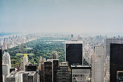 Central Park surrounded by skyscrapers, New York City, USA - p312m1229110 by Anna Kern