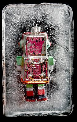 Eingefrorener Roboter - p451m1208183 von Anja Weber-Decker