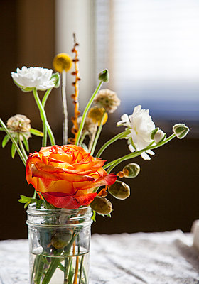 Bouquet of flowers on table - p555m1409191 by Shestock