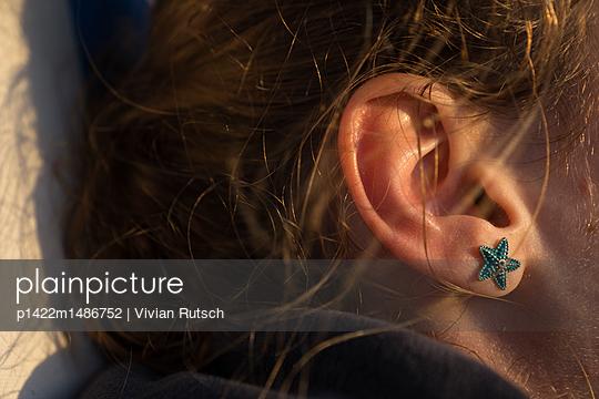 Mädchen mit Seestern Ohring - p1422m1486752 von Vivian Rutsch