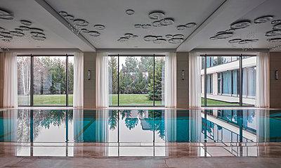 Schwimmbad in einer privaten Villa - p390m2263705 von Frank Herfort