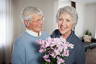 Elderly couple - p586m808207 by Kniel Synnatzschke