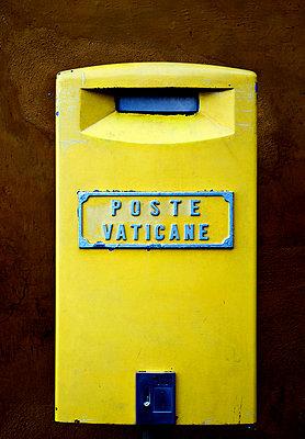 Gelber Briefkasten auf dem Petersplatz - p7050099 von Florian Tröscher