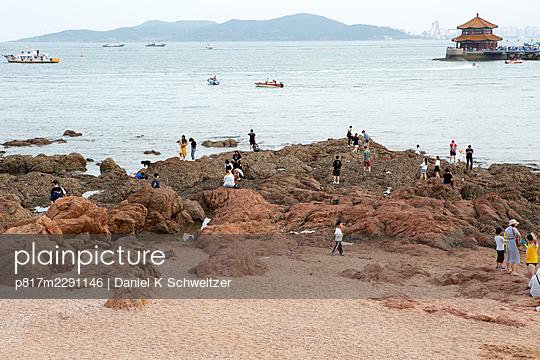 China, Qingdao, Menschen am Strand - p817m2291146 von Daniel K Schweitzer