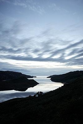 Fjord bei Nacht - p1124m1491413 von Willing-Holtz