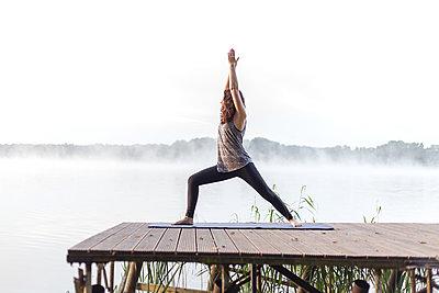 Morgen-Yoga am See, der Krieger 1 - p1396m1497338 von Hartmann + Beese