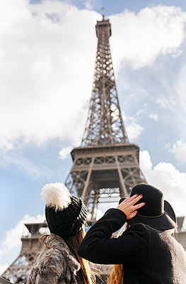 France, Paris, two women looking at the Eiffel Tower - p300m1205890 by Marco Govel