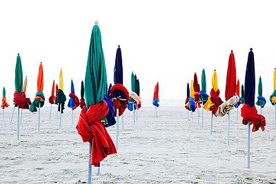 France, Normandy, Deauville, Sunshades on beach - p300m873714 by Tanja Luther