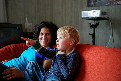 Mutter und Sohn im Wohnzimmer - p819m952673 von Kniel Mess