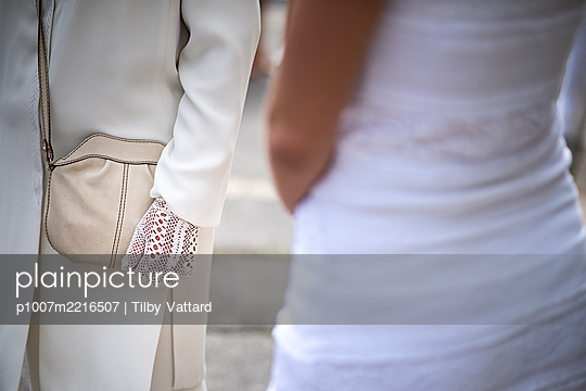 Elegant white gloves on wedding party  - p1007m2216507 by Tilby Vattard