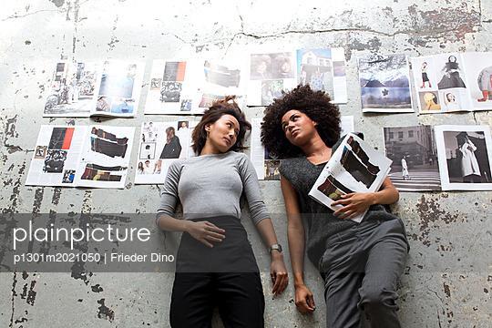 Mädels nach getaner Arbeit - p1301m2021050 von Delia Baum