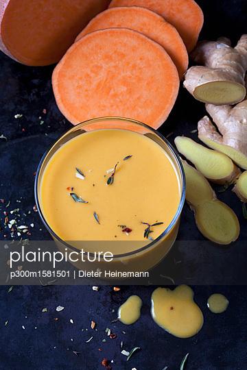 Glass of sweet potato soup with ginger - p300m1581501 von Dieter Heinemann