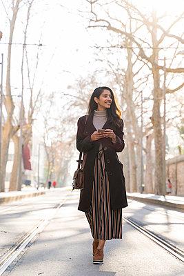 Barcelona, Spain. Young woman commuting. University, student, working, job, commute, indian woman, indian, hindu, publict transport, city, cosmopolitan, susteintable - p300m2166183 von VITTA GALLERY