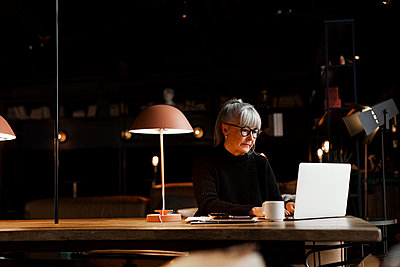 Mature businesswoman in cafe - p312m2262762 by Lisa Öberg