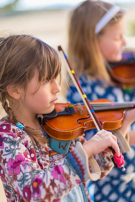Close up of girls playing violin - p555m1410221 by Marc Romanelli