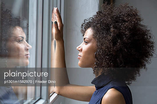 Junge Frau am Fenster - p1301m1582970 von Delia Baum