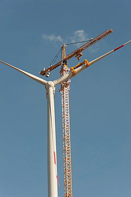 Mounting a wind turbine - p1079m885281 by Ulrich Mertens